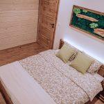Spálňa s obrazom z machu