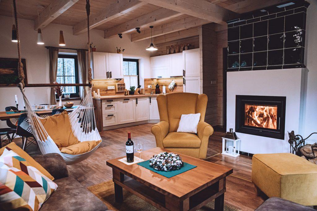 Obývacia časť chaty s krbom