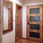Drevené dvere v chate