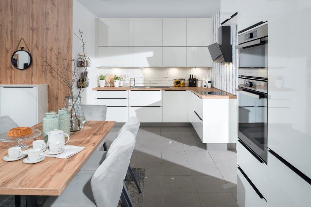 Biela kuchyňa s jedálňou