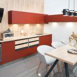 Červená kuchyňa s drevom