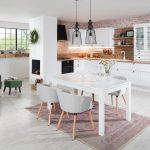 Biela kuchyňa s ružovou