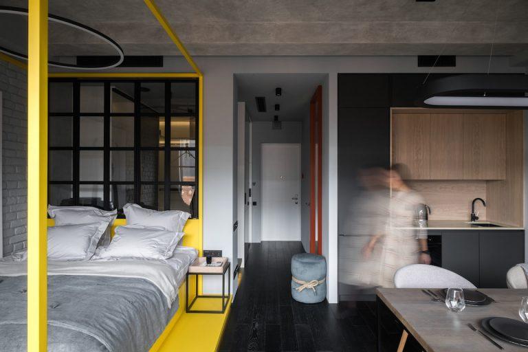 Štýlový a zaujímavý interiér aj v malom byte? Garsónka vo farbách roka 2021 vás o tom presvedčí