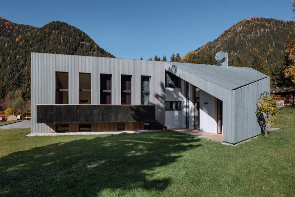 Trošku iný bungalov, na aké sme zvyknutí: Aj šikmá strecha môže vyzerať ako rovná