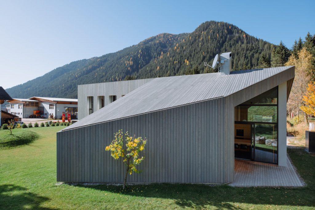netradičný bungalov so šikmou strechou
