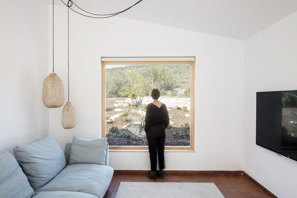 Obývačka s veľkým štvorcovým oknom