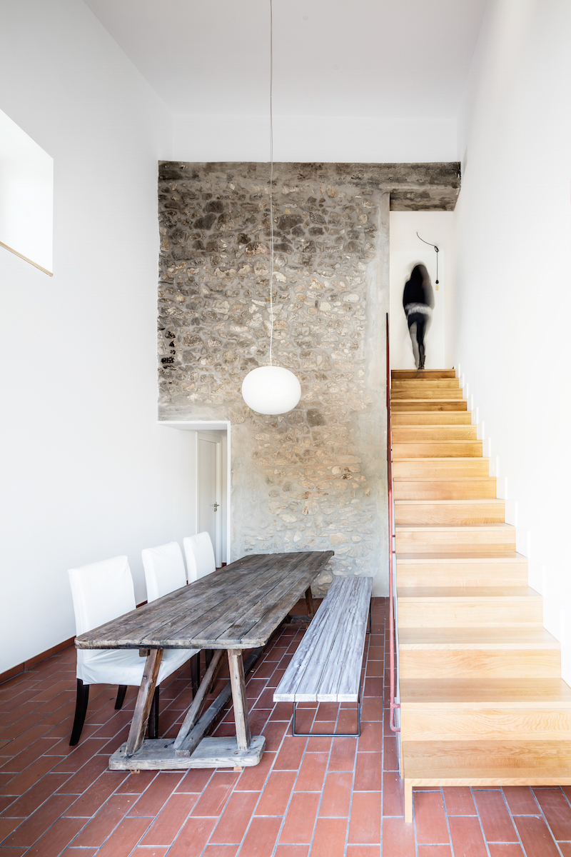 Jedáleň so schodmi vedúcimi na poschodie