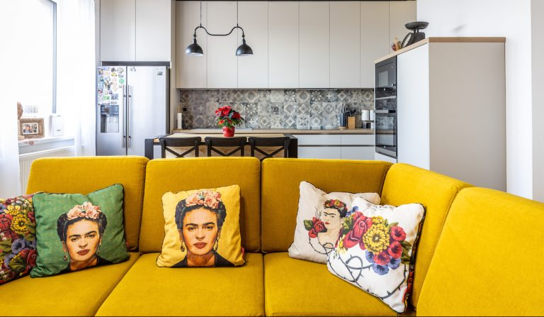 Vďaka vhodne zvolenému mixu štýlov sála z trojizbového bratislavského bytu teplo domova