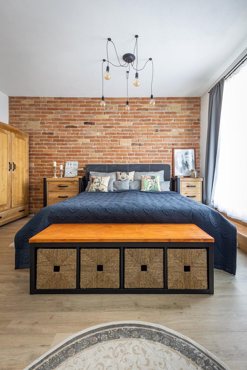Spálňa s tehlovou stenou