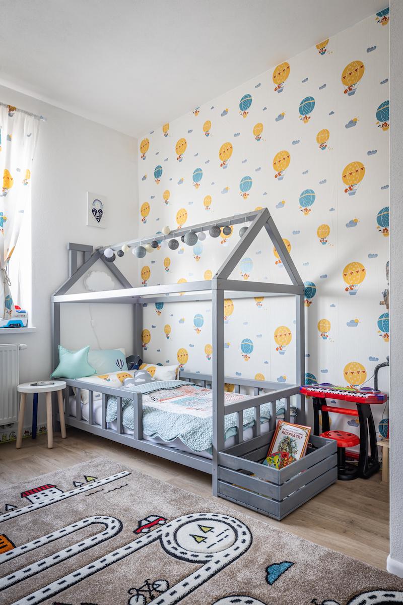 Drevená domčeková posteľ v detskej izbe