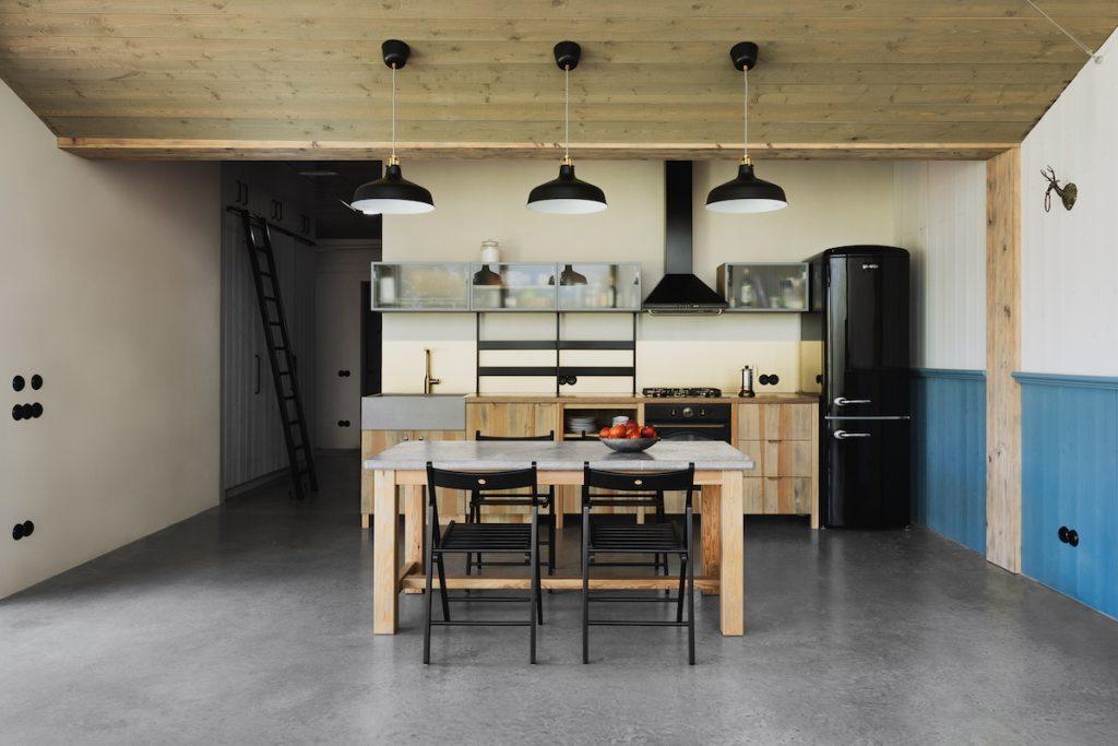 Kuchyňa s retro chladničkou