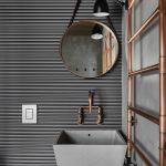 Moderná kúpeľňa s medenými prvkami