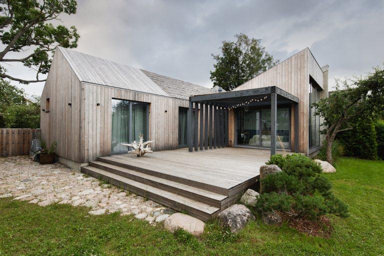 Prefabrikovaný dom skrýva čarovný a útulný priestor. Z ulice by ste si ho ani nevšimli!