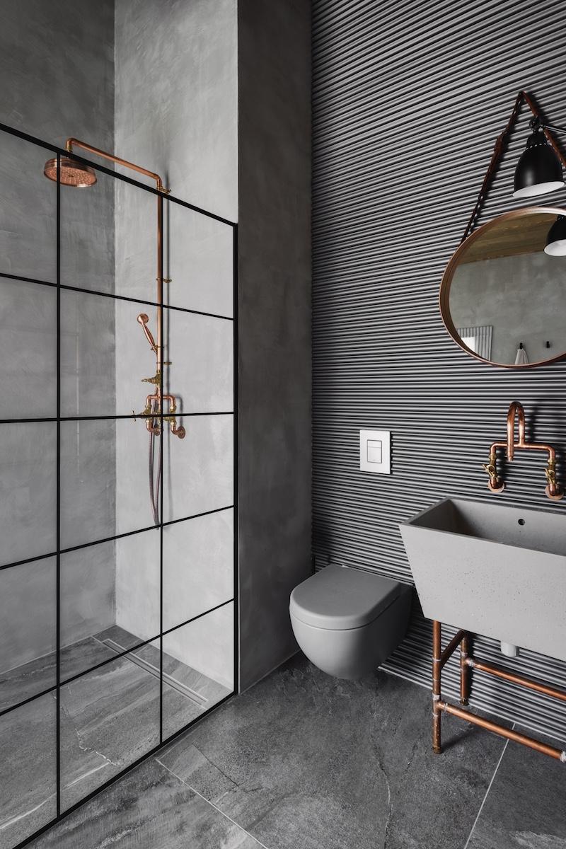 Kúpeľňa s medenými prvkami