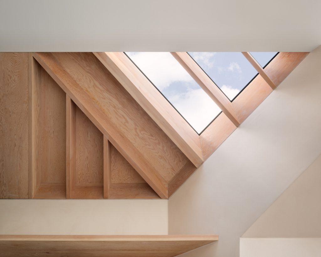 Strešné okná vsadené do trámov