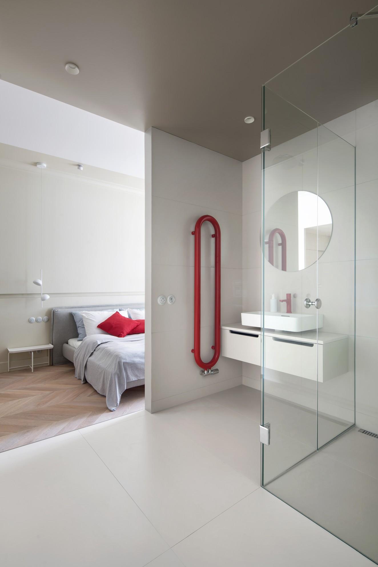 moderná kúpeľňa so sprchovým kútom s prechodom do spálne