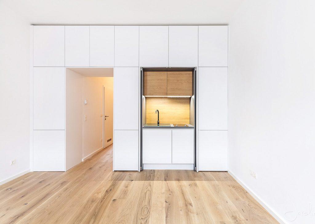 Ukrytá kuchyňa vo vstavanej skrini