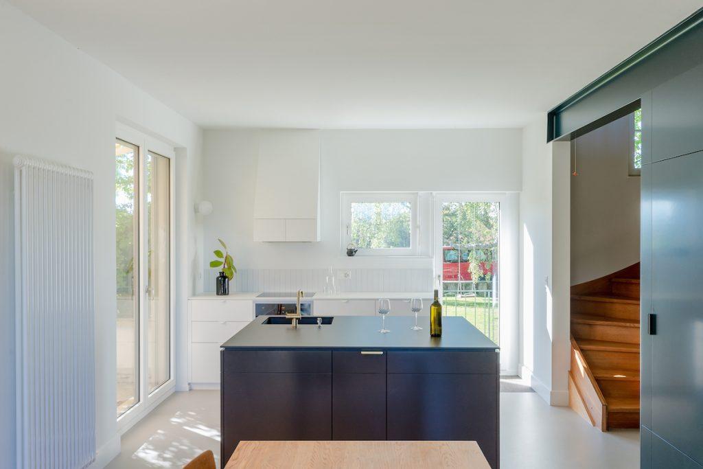 Biela kuchyňa so sivým ostrovčekom