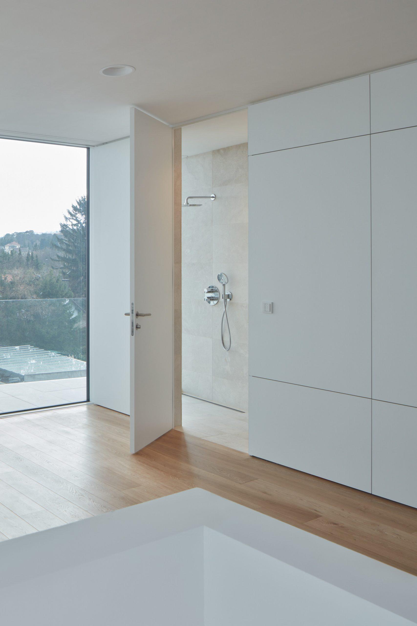 Na mieru vyrobený vstavaný nábytok s vchodom do kúpeľne.