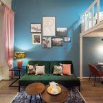 Vysoký strop, trámy a farebný interiér