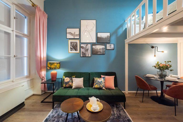 Znovuzrodenie vlhkého bytu na prízemí: Vysoký strop, priznané trámy afarebný interiér