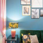 Lampa a gauč v štýle glamour