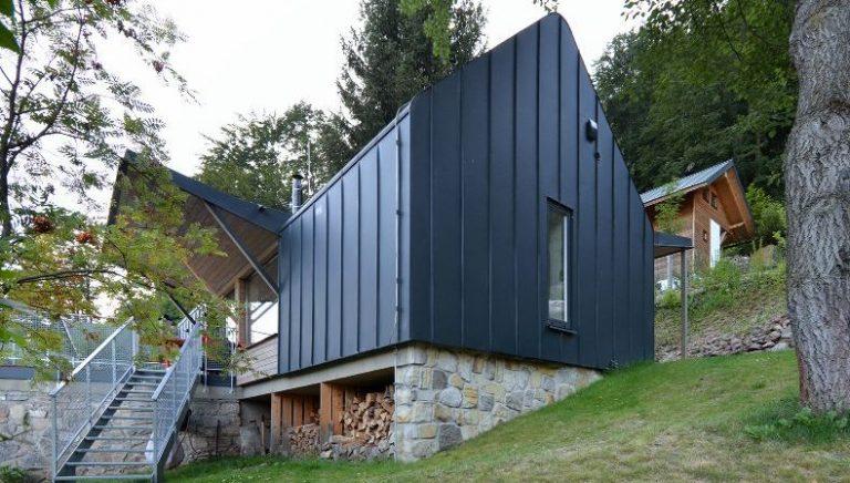 Chata v rekreačnej oblasti nemusí mať drevenú fasádu. Čo poviete na poplastovaný plech?