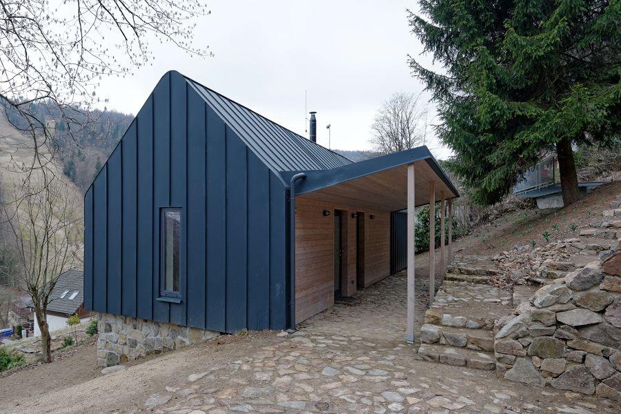 chata v Krušných horách s oplechovanou fasádou