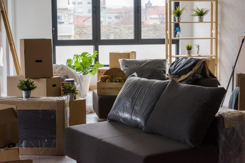 rozkladanie nábytku v obývacej izbe po prisťahovaní