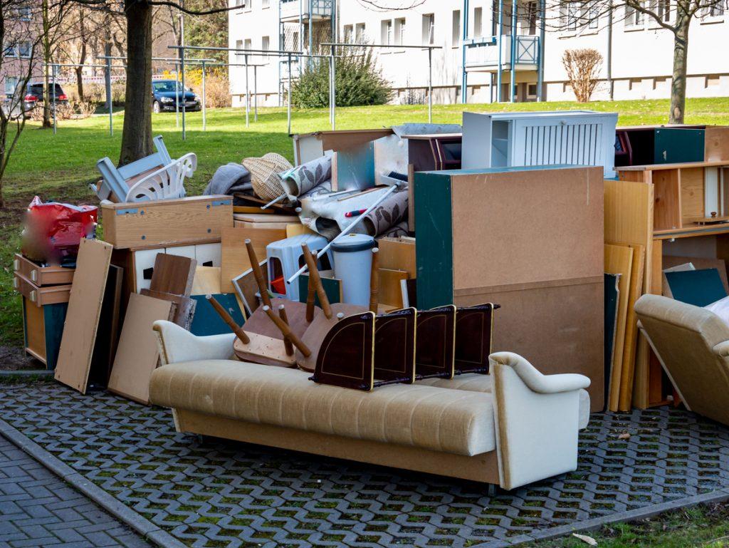 Vyhodený nábytok na ulici