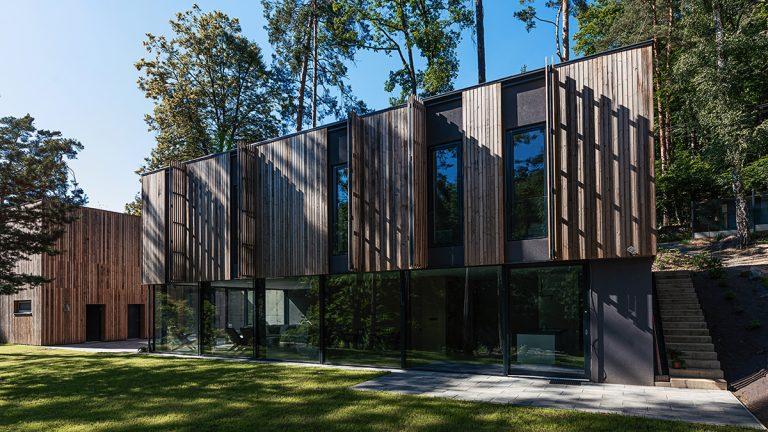 Dom ako súčasť lesa? Drevená fasáda, ktorá sa dá vyklápať!