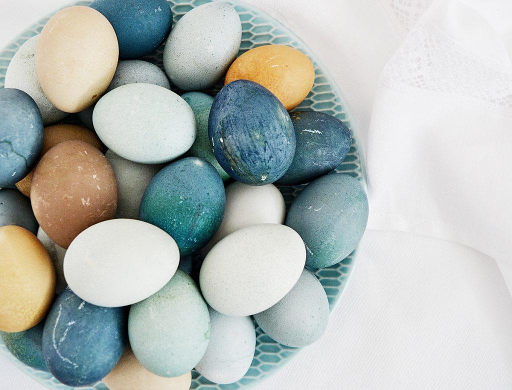 Farbenie veľkonočných vajíčok prírodnými surovinami
