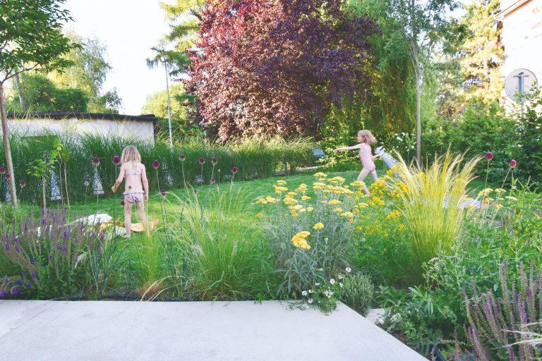 Aj v meste na malom atypickom pozemku možno zrealizovať krásnu záhradu