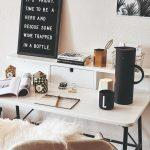 Stôl s čajom a dekoráciami