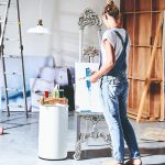 Žena maľuje