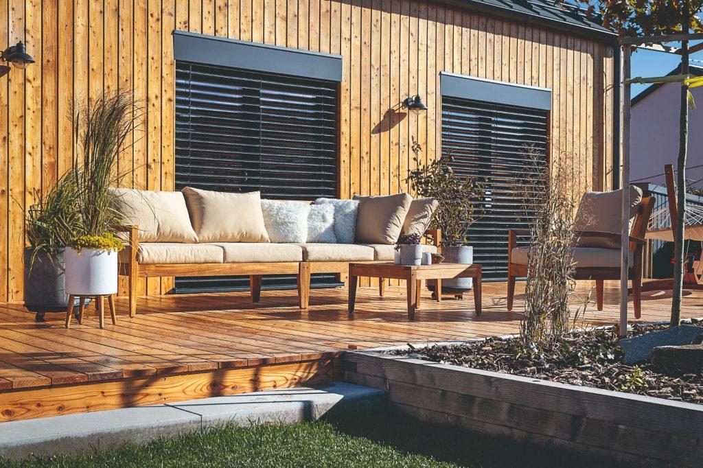 drevená terasa v záhrade spolu aj s posedením