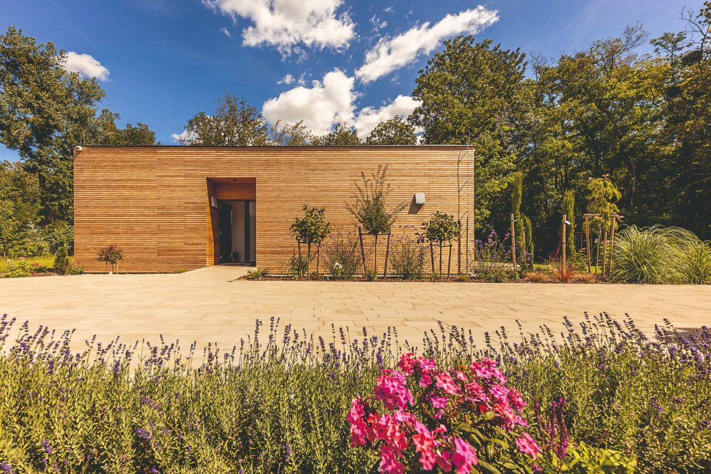 prízemný dom s drevenou fasádou