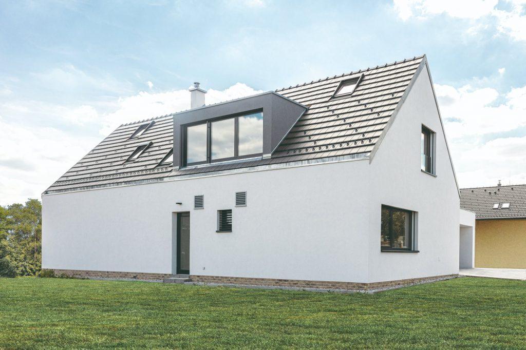 Dom s bielou omietkou