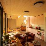 Obývačka s kuchyňou v drevostavbe