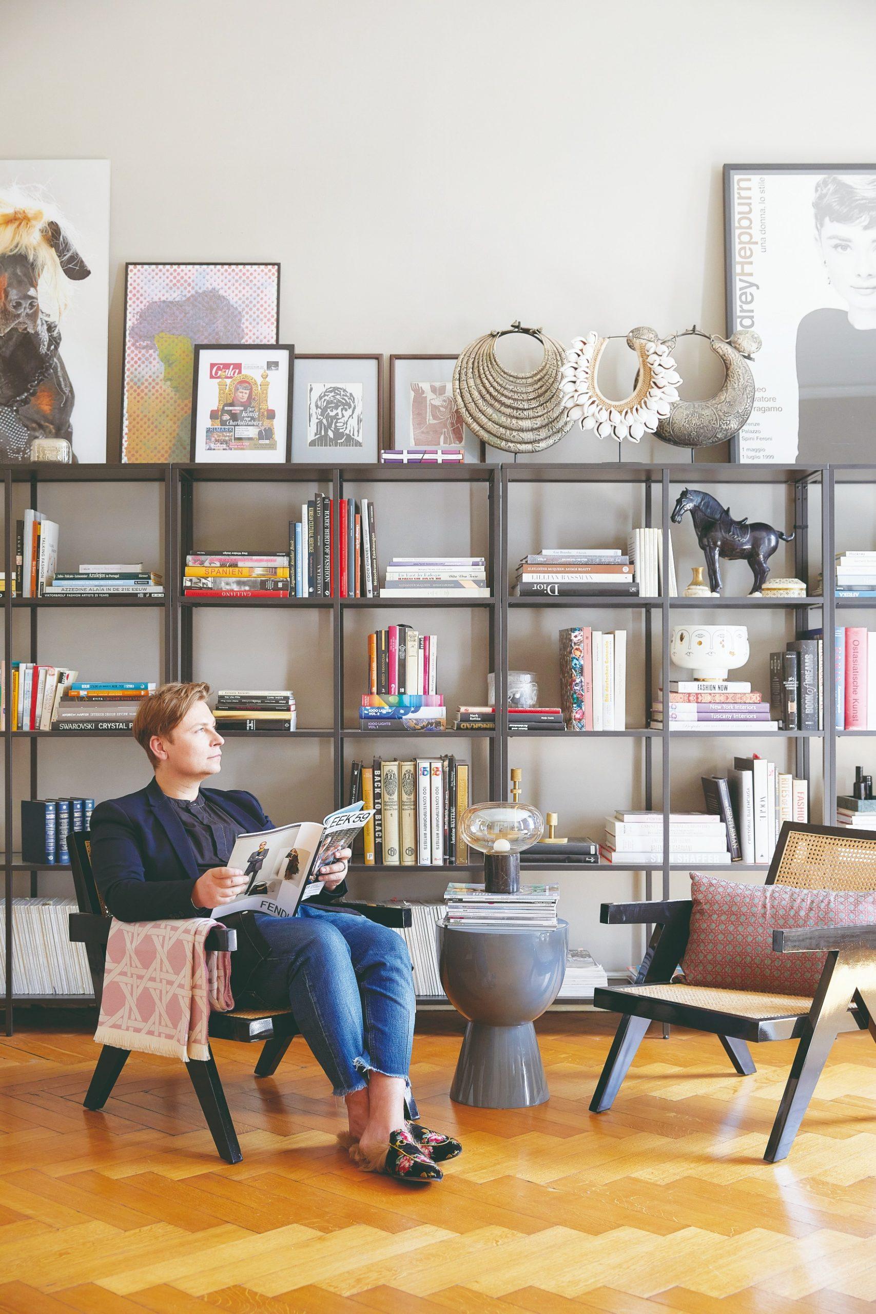 Stena s knihami a doplnkami