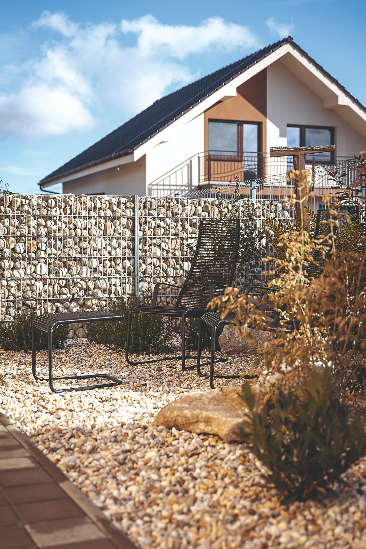 gabiónový plot v záhrade