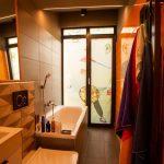 Kúpeľňa s fóliou na okne