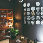 Čierna kuchyňa s dizajnovými taniermi