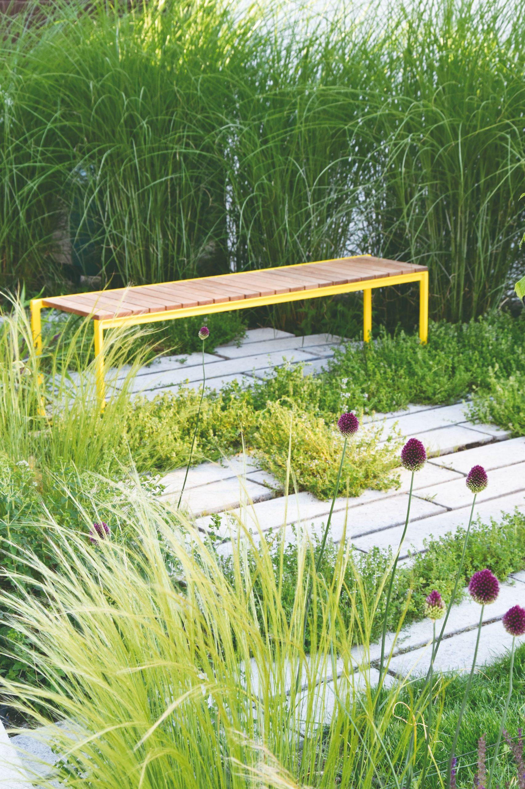 Sedenie v cípe záhrady vyriešili architekti ako mozaiku z betónových dlaždíc