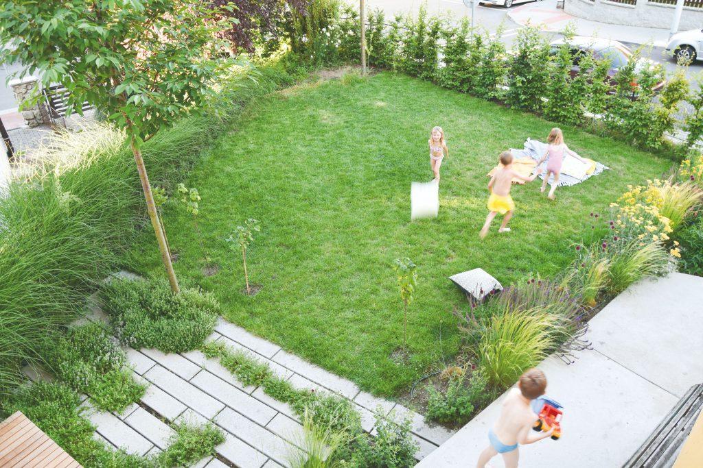 Záhrada s hrajúcimi sa deťmi