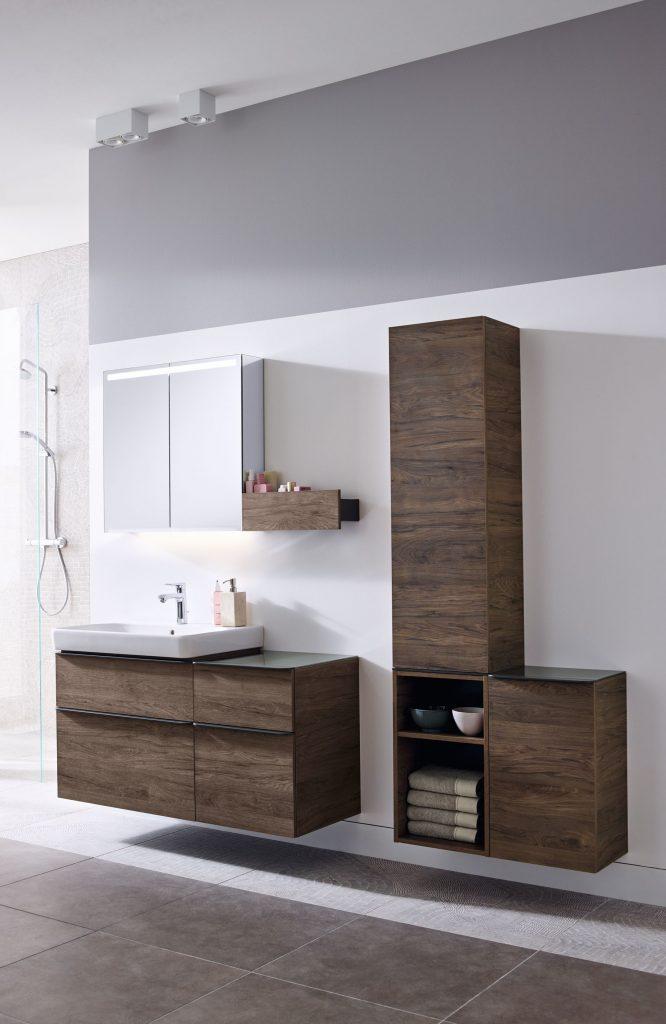 Kúpeľňa s hnedým nábytkom