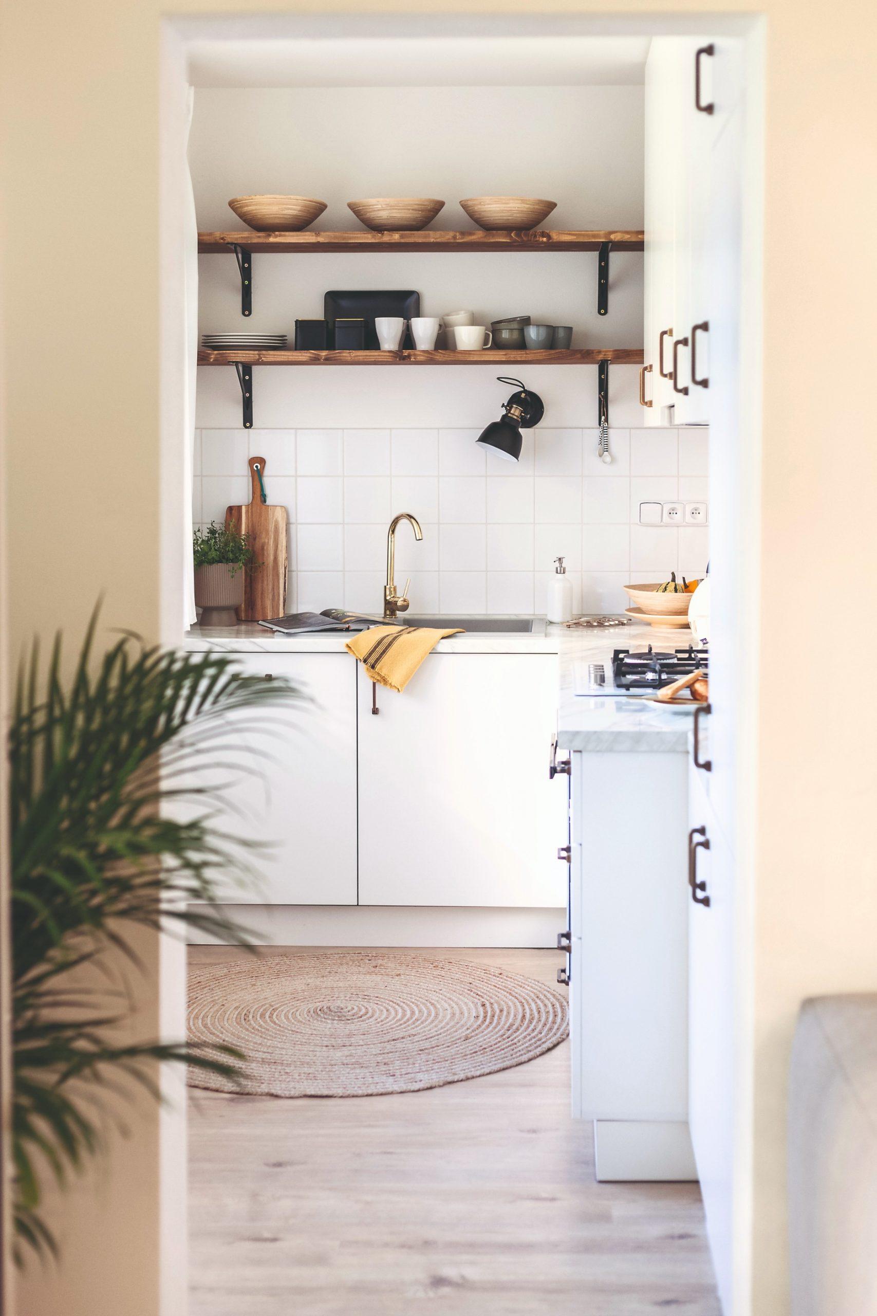 Biela kuchyňa s policami z masívu