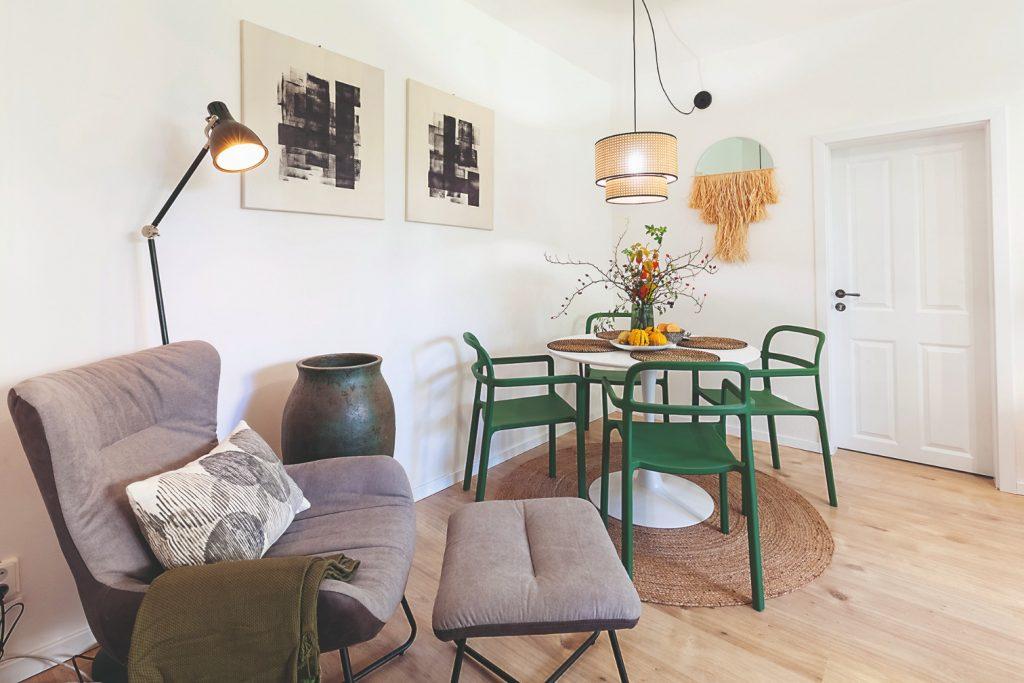 Jedálenský kút so zelenými stoličkami