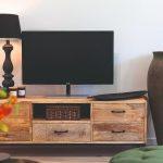 Drevený stolík v obývačke