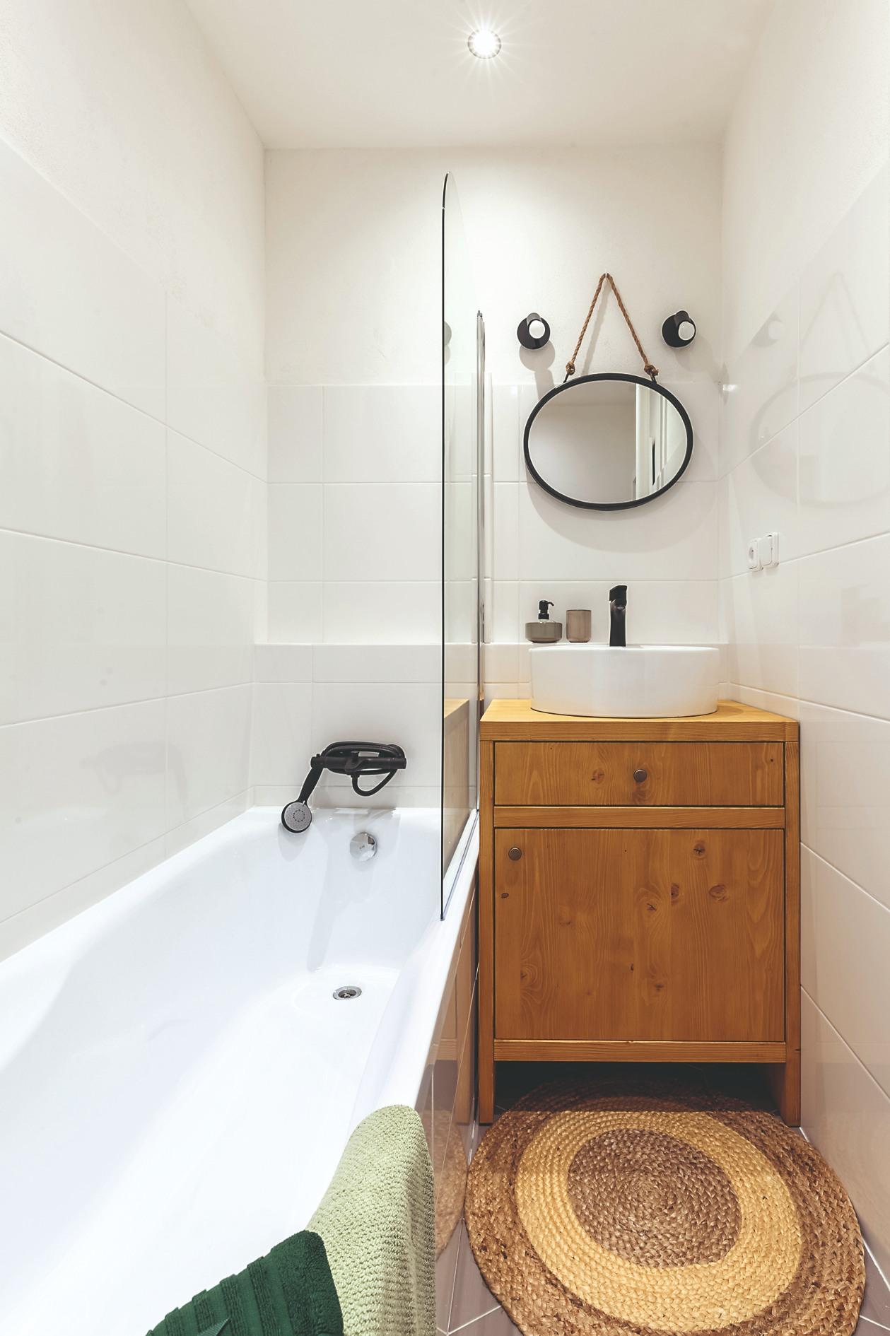 Malá kúpeľňa s vaňou a drevenou komodou